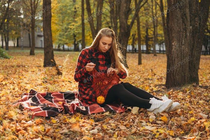 Портрет счастливой женщины в осеннем парке. Красивая девушка на природе пикник кемпинг