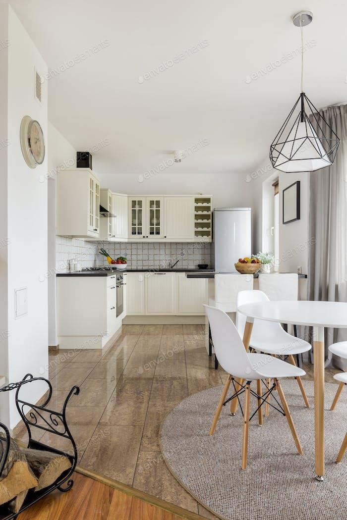 Geräumige Küche, stilvolles Esszimmer