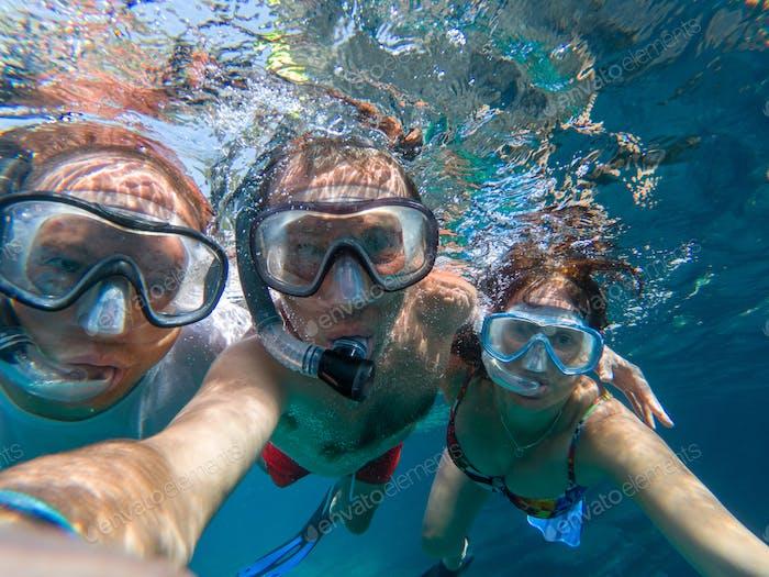 Unterwasseransicht von Schnorchelfreunden
