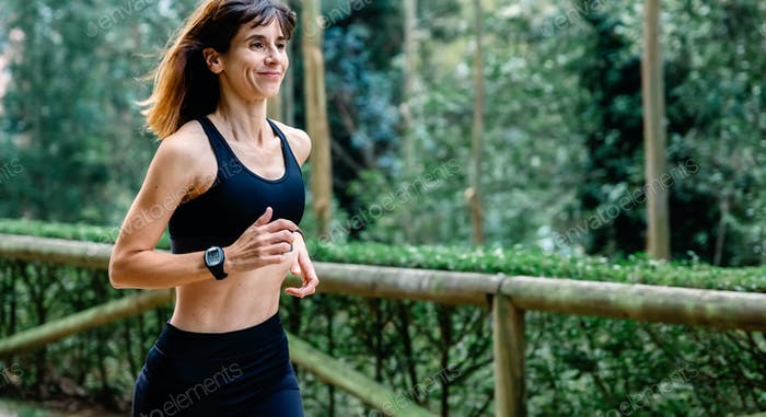 Женщина бежит по парку