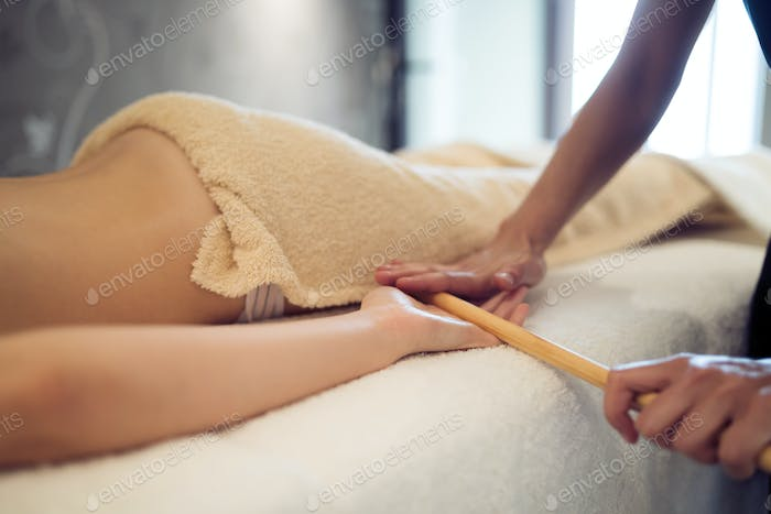Masseur treating masseuse at wellness saloon