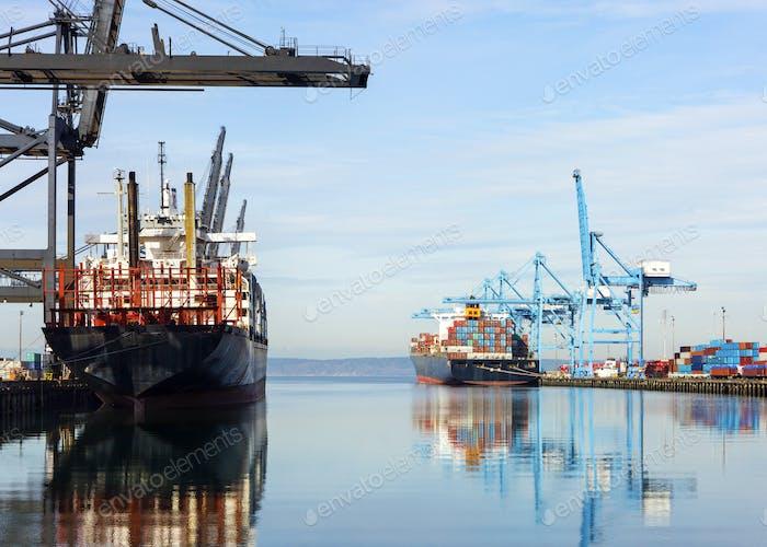Binnenschiffe mit Containern in der Industriewerft