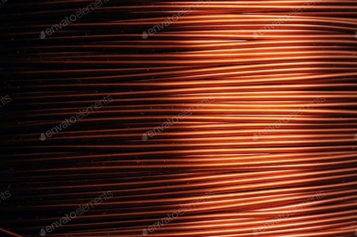 Nahaufnahme einer Spule aus rotem Kupferdraht