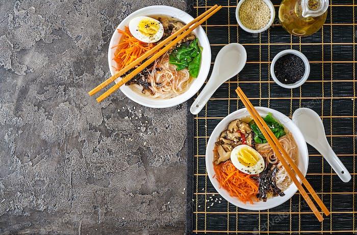 Diät vegetarische Schüssel Nudelsuppe von Shiitake-Pilzen, Karotten und gekochten Eiern.