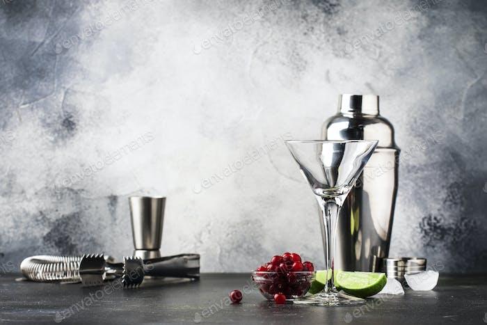 Zubereitung Klassischer alkoholischer Cocktail kosmopolitisch mit Wodka, Likör, Cranberrysaft, Limette, Eis