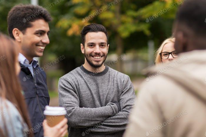 glückliche Freunde zu Fuß entlang Herbst Park