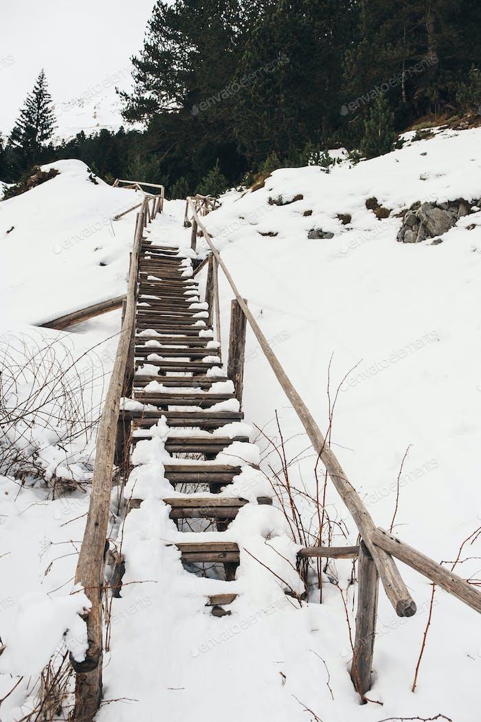Verschneite Treppen zum Klettern. Winterwald im Berg