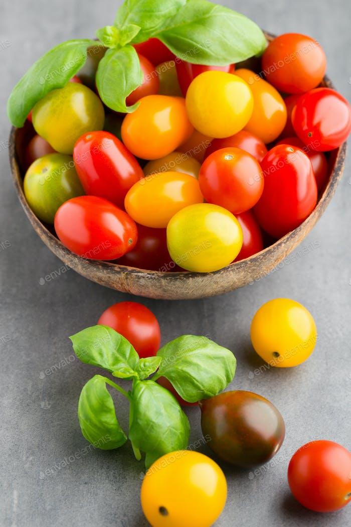 Tomaten einen grauen Hintergrund.
