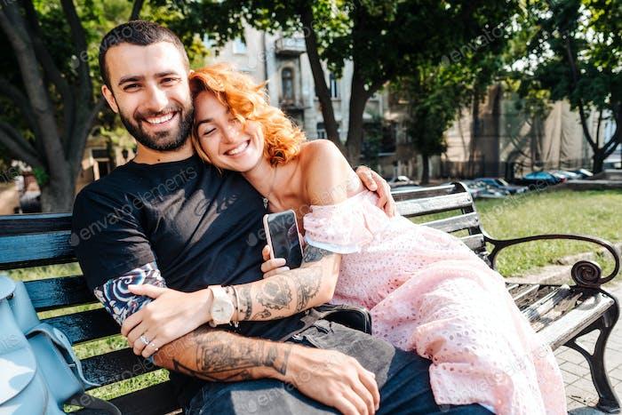 schön dating paar umarmt auf eine Bank