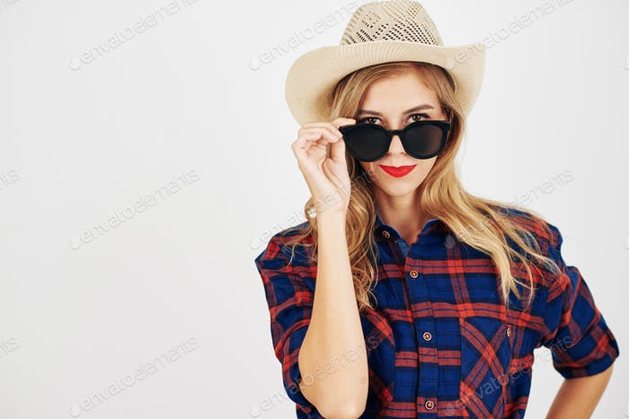 Junge Frau im karierten Hemd