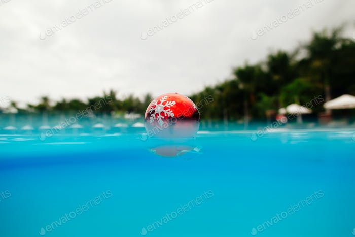 Weihnachtsdekoration in blauem Wasser in Tropen. tropische Weihnachten