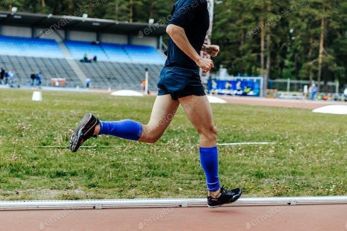 Beine in Kompressionssocken Läufer