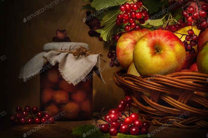 Äpfel und Viburnum