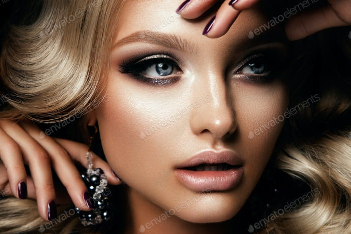 Beautyful Mädchen mit hellen Make-up