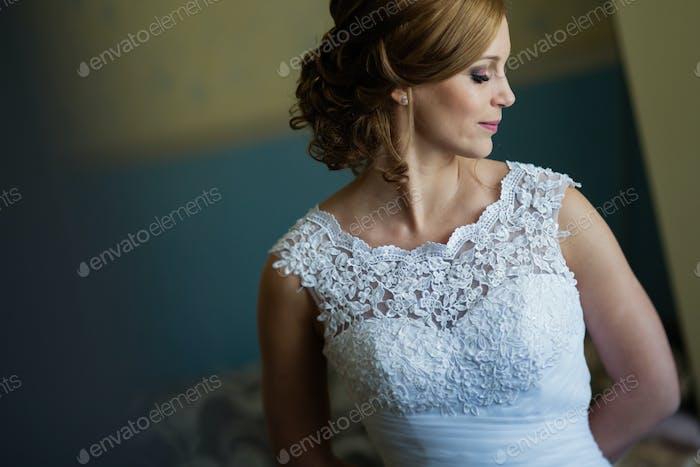 Schöne Braut posiert