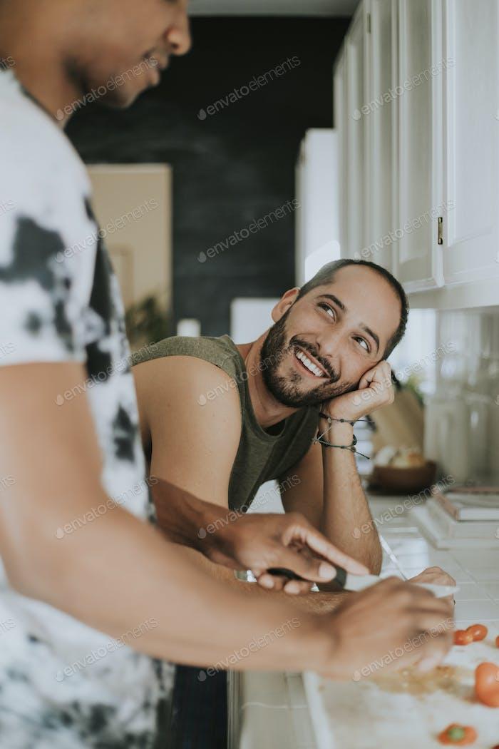 Gay paar Kochen am Morgen