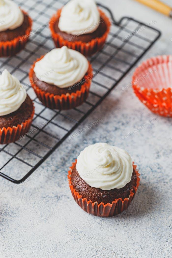 Cupcakes de chocolate con tapa de crema de queso