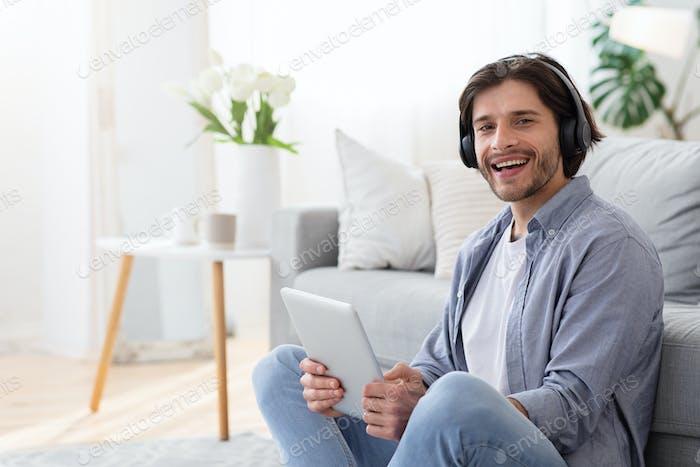 Cooler Kerl mit kabellosem Headset und digitalem Tablet