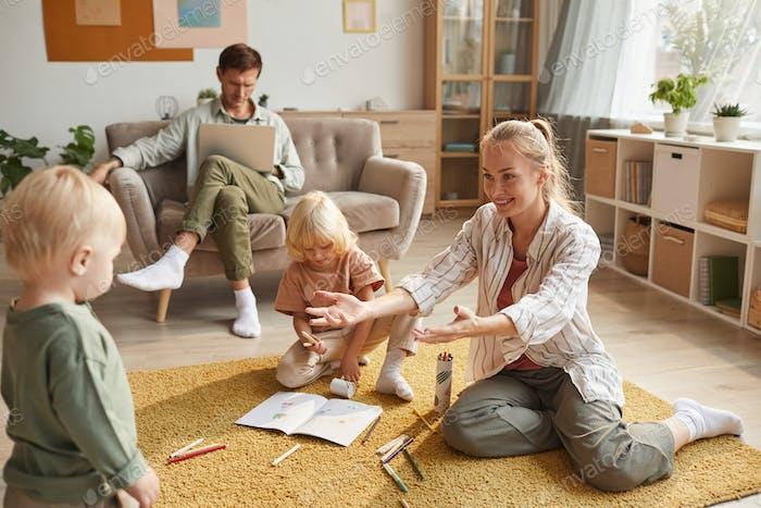 Família de quatro sentados em casa