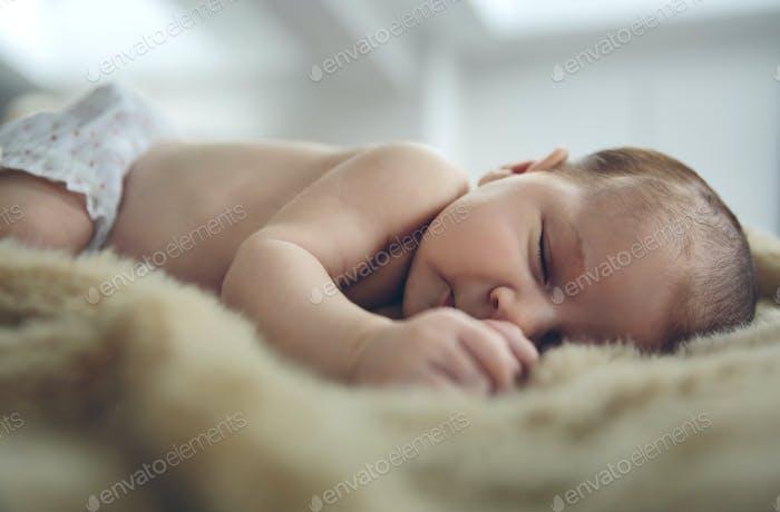 Baby schläft auf einer Decke