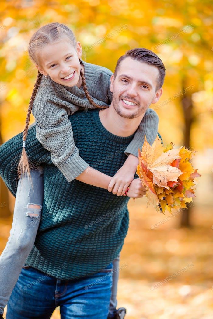 Familie von Vater und Kind am schönen Herbsttag im Park