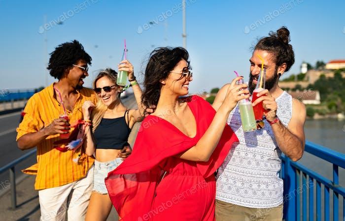 Gruppe von glücklichen Freunden hängen und genießen Getränke, Festival