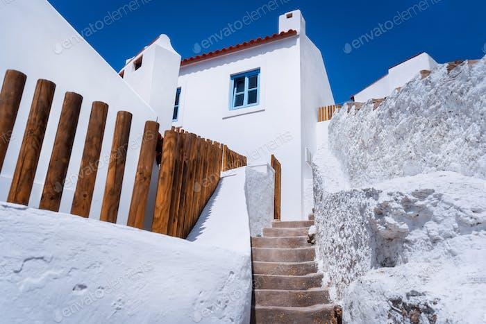 Chalk traditionelles Haus und schmale Stufen in schönen, malerischen Dorf Azenhas do Mar, Sintra
