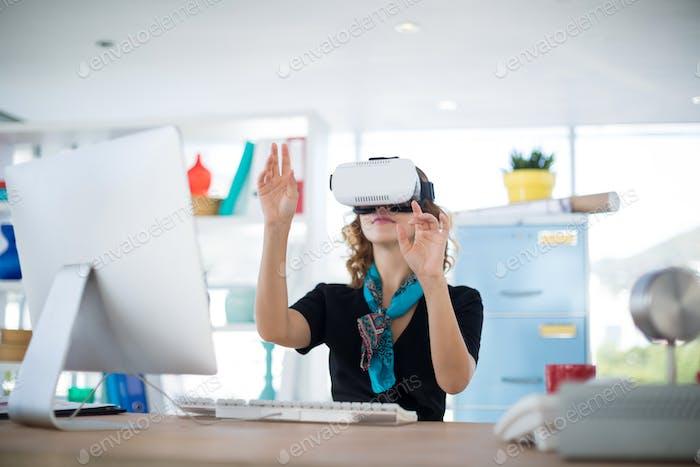 Weibliche Designerin mit Virtual Reality Headset