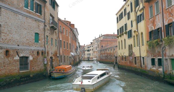 Motorboote segeln auf dem Kanal in Venedig