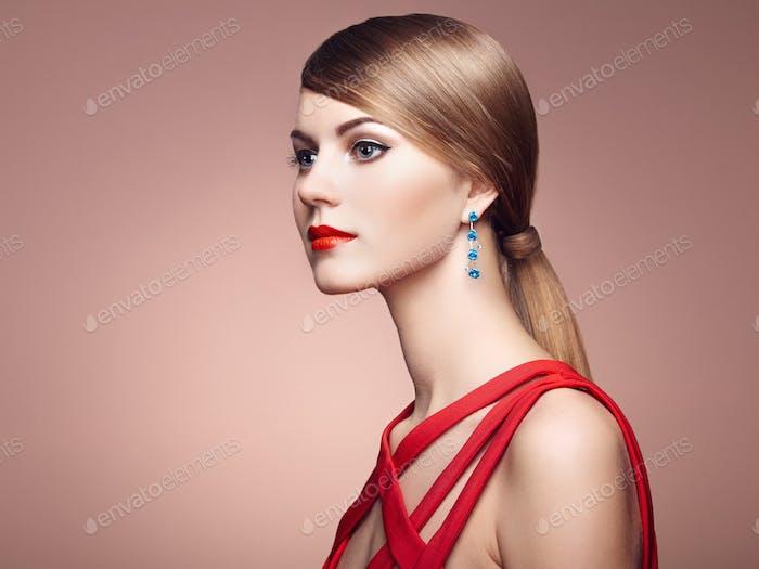Mode-Porträt der eleganten Frau mit prächtigen Haaren