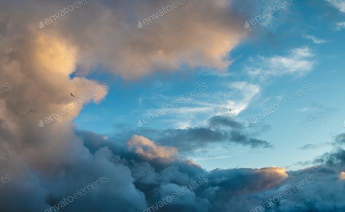 Красочные облака в небе.