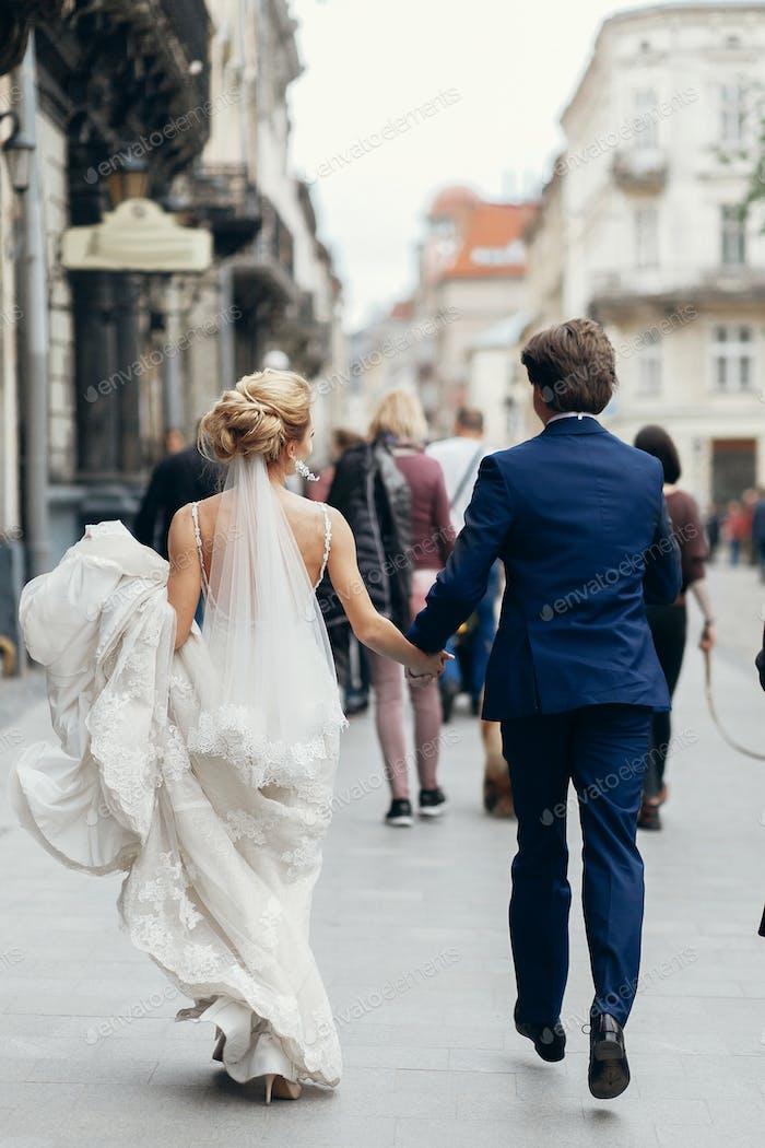 Pareja romántica en un paseo por la ciudad