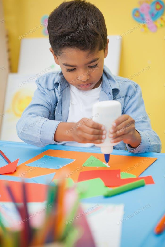 Niedlichen kleinen Jungen machen Kunst im Klassenzimmer im Kindergarten