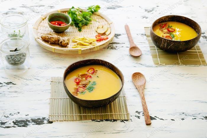 Kürbissuppe mit asiatischen Gewürzen