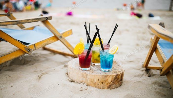 Exotische Sommergetränke, verwischen Sandstrand auf Hintergrund