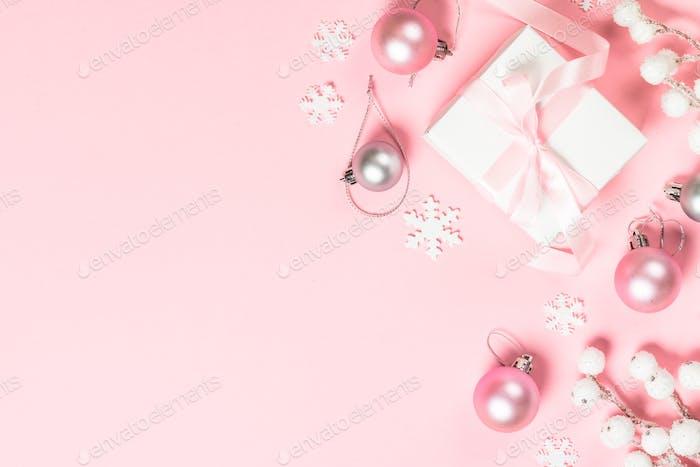 Weihnachtsgeschenk Box und Dekorationen auf rosa Hintergrund