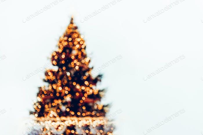 Defokussierter Weihnachtsbaum mit Bokeh