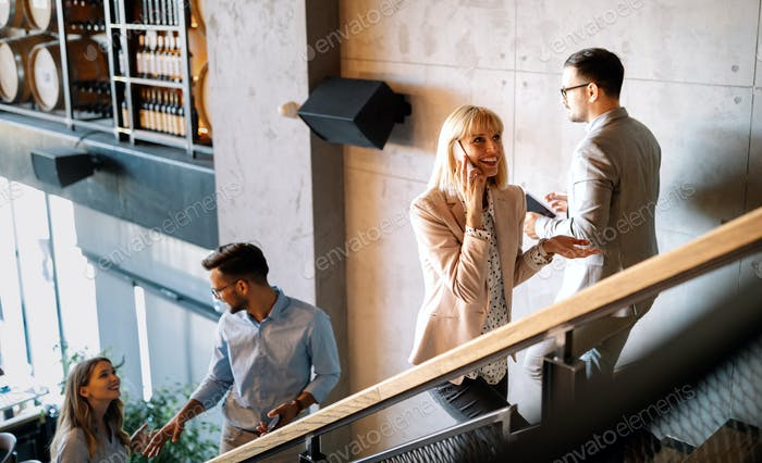 Beschäftigte Geschäftsleute auf der Treppe im modernen Büro