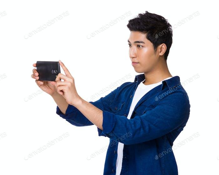 Hombre tomar foto con el teléfono móvil