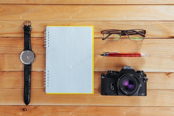 часы, камера и ноутбук на коричневом фоне