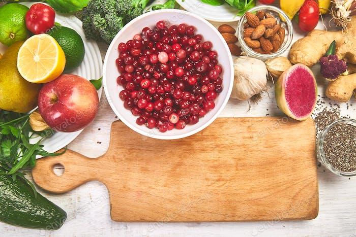Auswahl an reich an Antioxidantien und Vitaminen und Mineral rund um Schneidebrett.