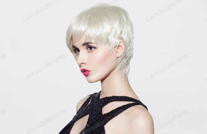 Nahaufnahme Porträt von Schönes Modell mit glänzendem blonden Haar