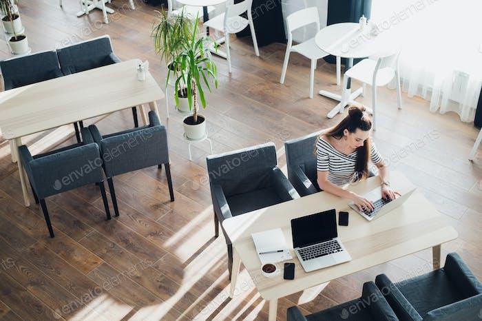 Mujeres en el café con gadgets. Tableta, Ordenador portátil y tazas de café. Crear Perfil en la red Social.