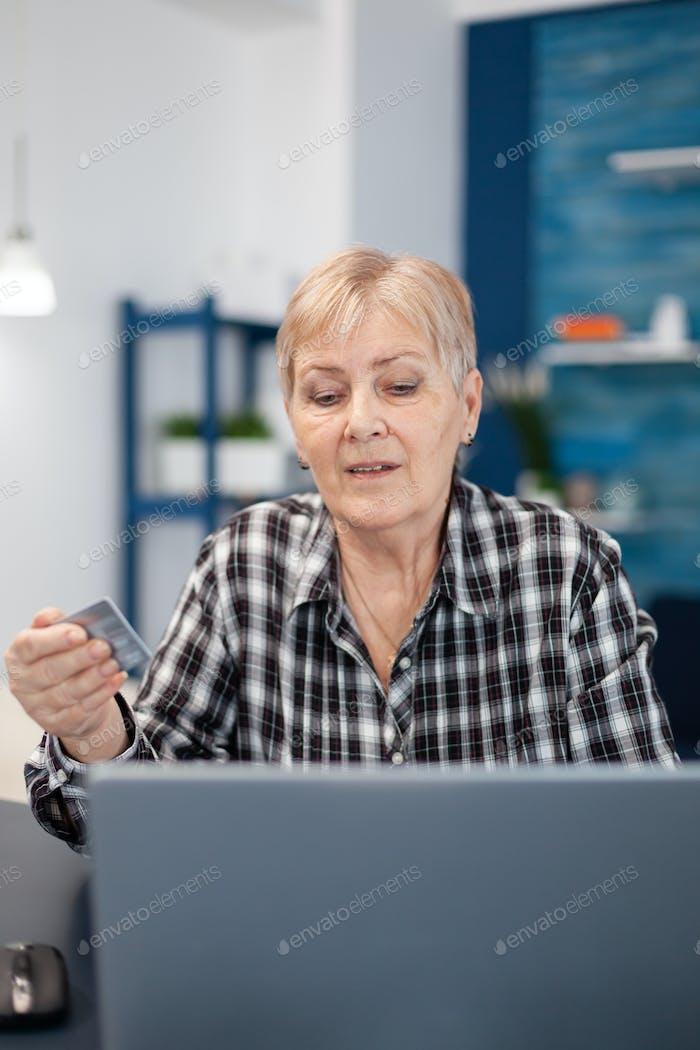 Frau mittleren Alters kontrolliert Bankkonto