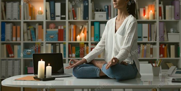 Frau praktiziert Meditation zu Hause