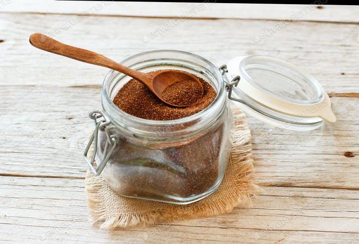 Ungegart Teff-Korn in einem Glas