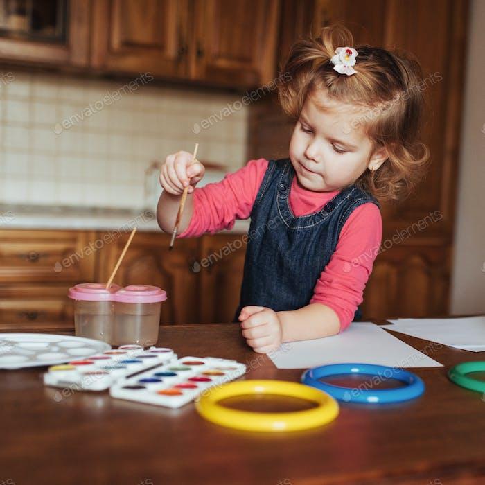 Nettes kleines Mädchen, entzückende Vorschüler Malerei mit Aquarellen