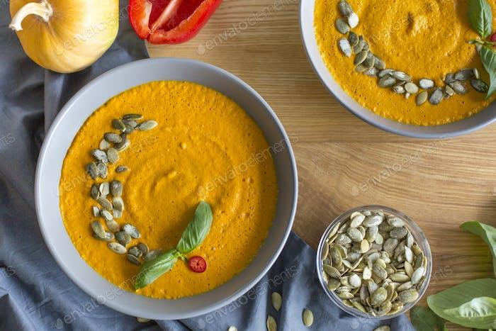 Geröstete Kürbis- und Karottensuppe mit Sahne und Samen
