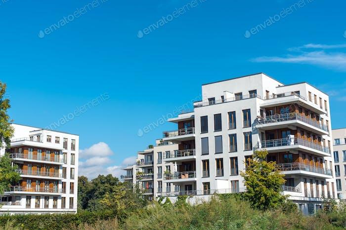 Wohnungsbaugebiet mit neuem Mehrfamilienhaus