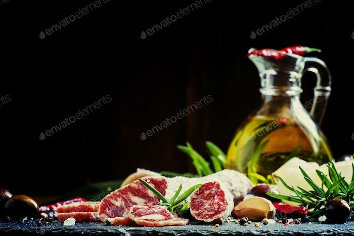 Italienische Salami mit Rosmarin, Gewürzen, Oliven und Öl